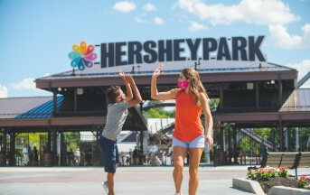 mom and son high fiving at hersheypark